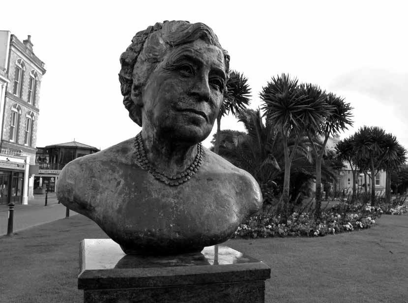 نیم تنه برنزی آگاتا کریستی در تورکی در ۱۹۹۰ ـ به مناسبت صدمین سال تولدش
