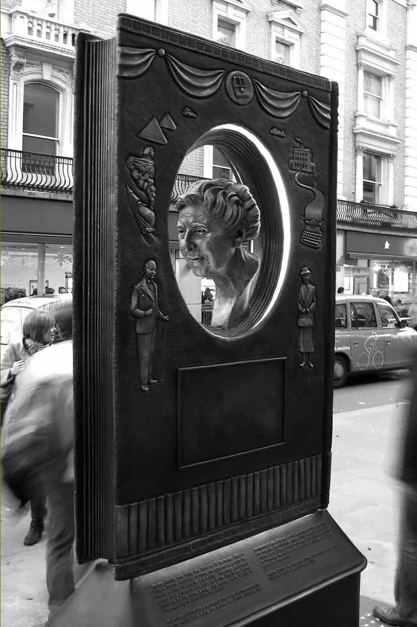 مجسمه آگاتا کریستی در کاونت گاردن لندن ، اثر بن تویستن دیویس